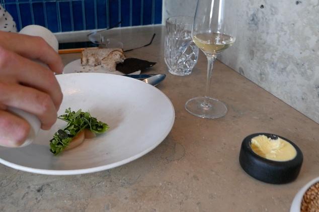 Raw Norwegian scallop, grilled see peas, Verbana