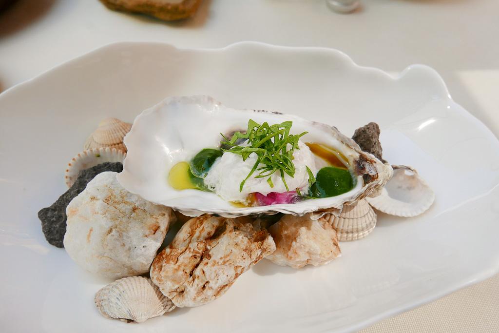Gillardeau oyster, horseradish, pickled red onion
