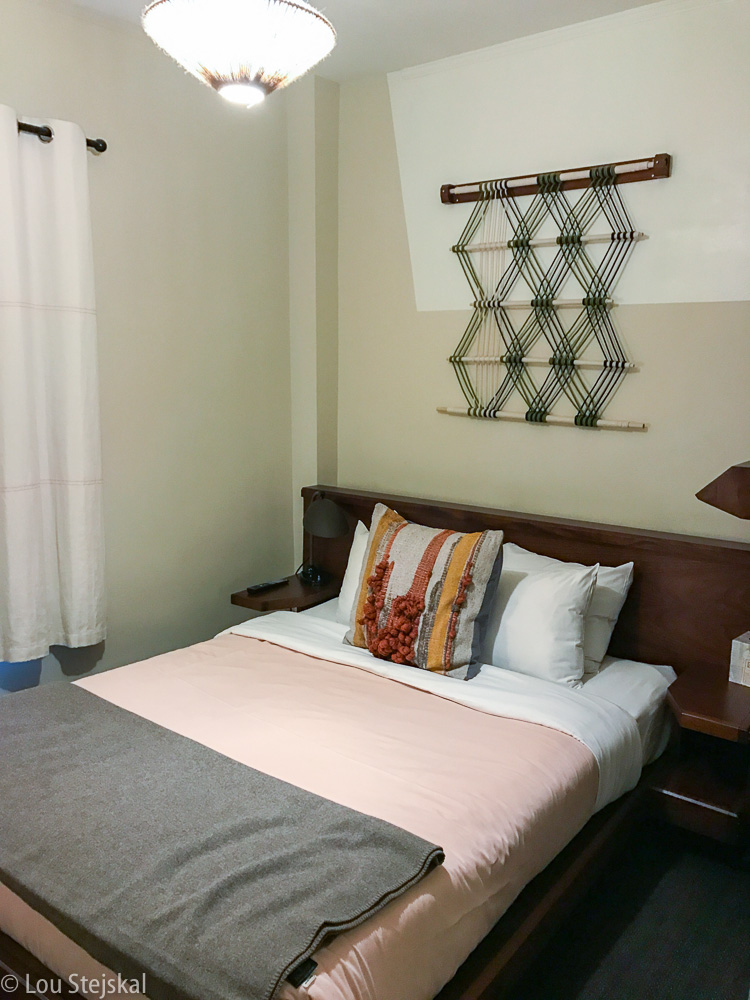 Queen Room Freehnad Chicago. Small, but clean and cozy.